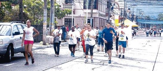 Familias enteras corrieron juntas por toda la Avenida San Isidro, hasta llegar a la meta.