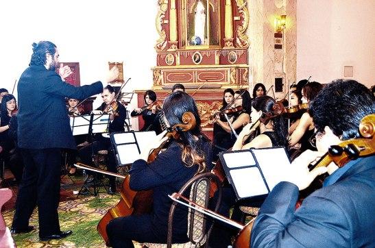 La Orquesta de Cámara fue dirigida por el maestro invitado Thiago Maximo de origen brasileño.