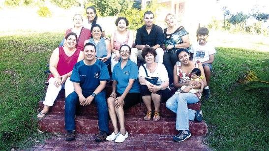 Equipo de servidores del Viñedo de Raquel en la Diocesis de Juticalpa y hermanas venidas de los Estados Unidos.