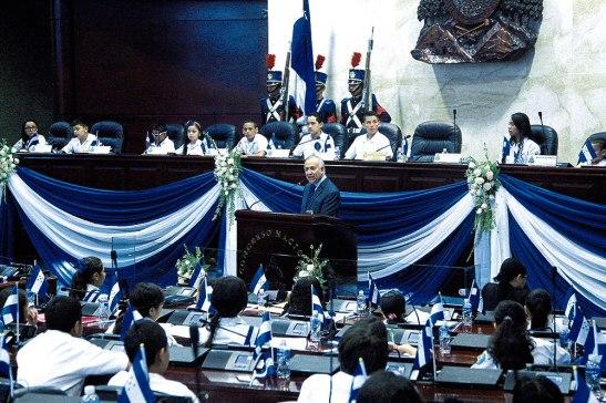 El presidente del Congreso Nacional, Mauricio Oliva, dirigió un discurso a los niños congresistas.