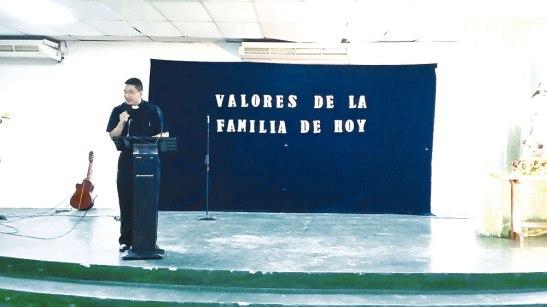 El padre Milton Javier Torres estuvo a cargo de la predica sobre los valores y principales desafíos que enfrentan las familias.