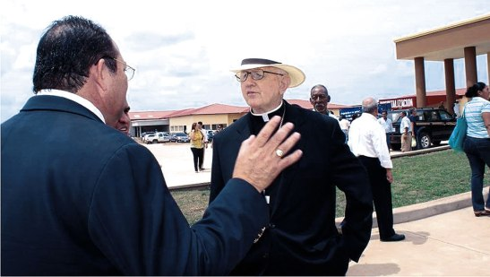 Monseñor Mauro Muldoon ofm, obispo emérito de la diócesis de Juticalpa conversando con el director Alberto Valladares en la inaguracion del hospital.