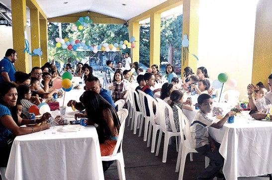 Cada niño con sus papás disfrutaron del agasajo que recibieron por parte de Suyapa Medios.
