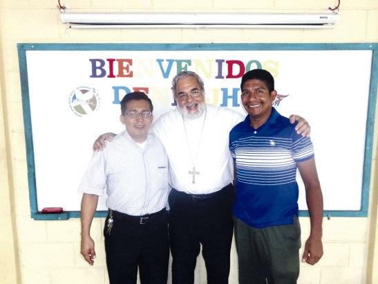 Monseñor Rómulo Emiliani junto al nuevo Asesor Nacional, el padre Marco Mejía y el antiguo asesor, el padre Mario Sánchez.