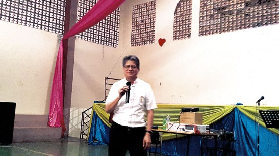 El Diácono permanente Elio David Alvarenga durante la bendecida predica realizara en Juticalpa.