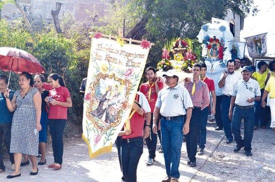 El recorrido de la procesión alegró a los fieles de la comunidad.