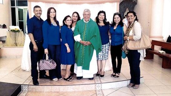 Amigos y familiares se unieron a la alegría del padre, en su aniversario sacerdotal.