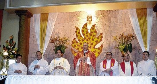 El Cardenal Óscar Andrés Rodríguez, junto al párroco Rigoberto Velázquez, el padre Luis Betancourt  y el diácono Eduardo Mancia.