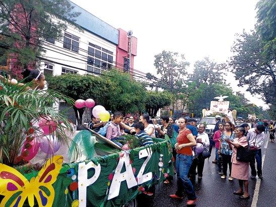 Los feligreses del Decanato Comayagüela Norte caminaron en su misión  de clausurar el mes dedicado a las Sagradas Escrituras a pesar de la lluvia.