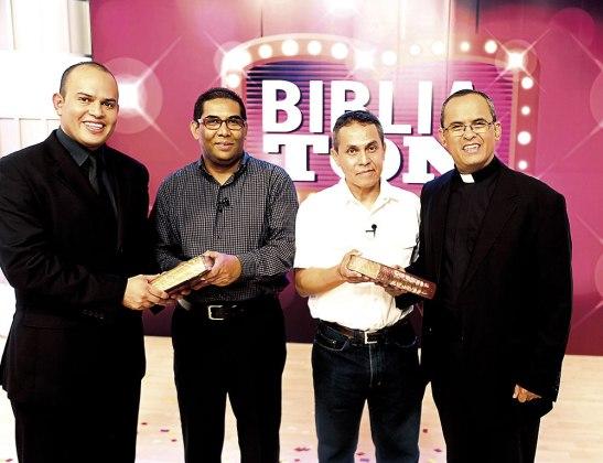 Padre Tony Salinas, José Antonio Chavarría y la pareja ganadora del primer Bibliatón.