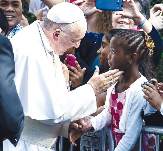 El Papa se detuvo a saludar a algunos en el aeropuerto de Washington, esta niña recibió su bendición.