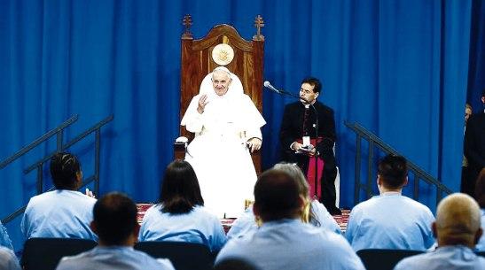 En la cárcel Curran-Fromhold, los reclusos le obsequiaron una silla al Santo Padre, gesto que agradeció mucho.