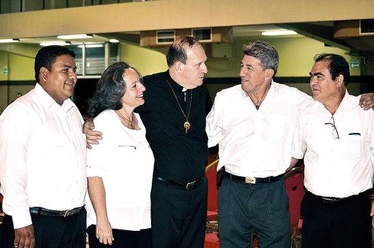 El presbítero José Eugenio Hoyos con el Ministerio Siervos de Jesús.