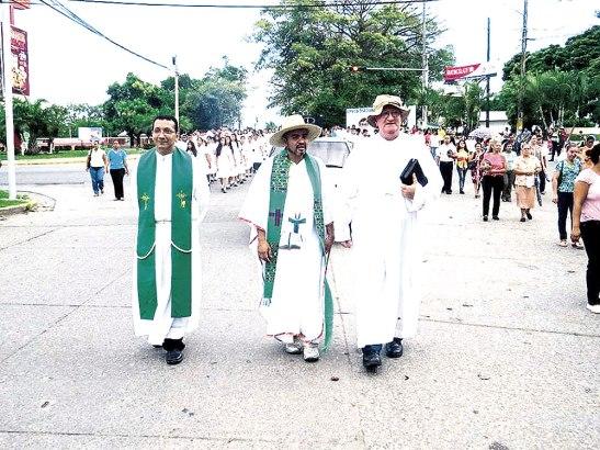 Monseñor Miguel Lenihan presidió la marcha junto a sacerdotes de las parroquias de La Ceiba. Una de las carrozas conmemorativas de la ocasión.