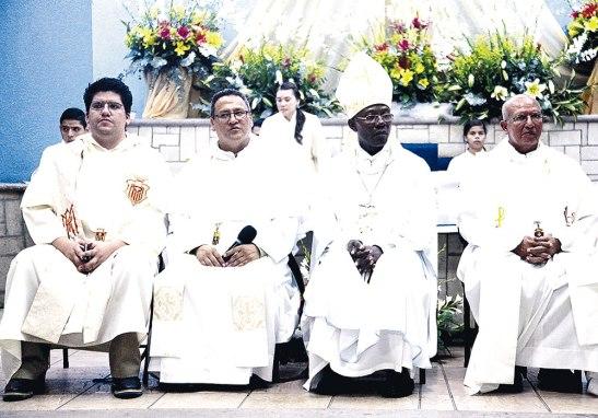 El  Nuncio Apostólico Monseñor Novatus,con los Frailes mercedarios en la parroquia Sagrada Familia.