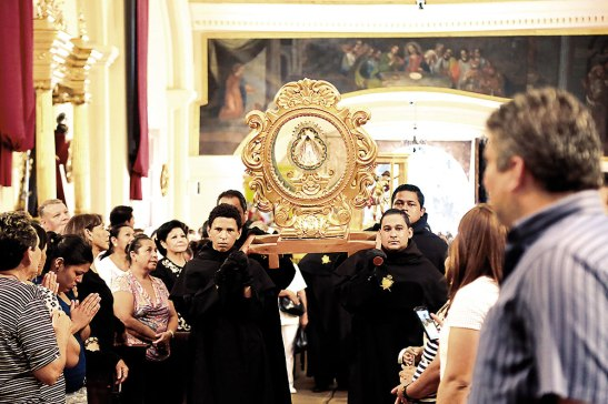 Esta replica casi exacta de la Virgen de Suyapa visitará junto a la imagen de San Miguel todas las parroquias de la Arquidiócesis de Tegucigalpa.