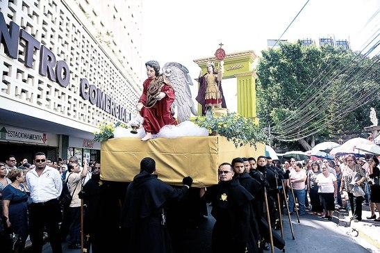 La imagen del Príncipe de las Milicias Celestiales recorrió el casco histórico, acompañado de una gran feligresia.